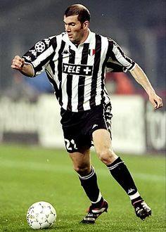 Após o sucesso na França, Zizou foi para a Juventus, onde foi bicampeão italiano.