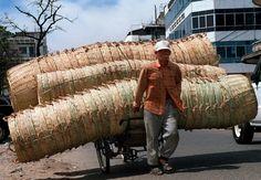 Transport: Wieder Kambodscha, wieder traditionelle Korbwaren, aber eine völlig andere Ladungstechnik. Dieser in Phnom Penh fotografierte Händler baute seine ...