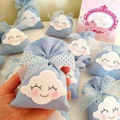 Que tal um sachê em formato de nuvem? Você pode recheá-lo com balinhas ou doces diversos.
