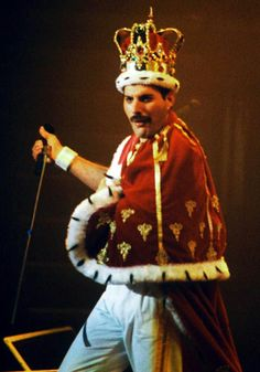 The King Of Queen: The Inspiring And Tragic Life Of Freddie Mercury - Page 21 of 54 - Daily Choices Queen Freddie Mercury, Rami Malek Freddie Mercury, King Of Queens, Queen Band, John Deacon, Heavy Metal, Freddie Mecury, King Costume, King Outfit