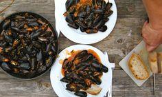 Miesmuscheln in Tomatensauce, Rosmarin, Ziebeln, Knoblauch, Weißbrot