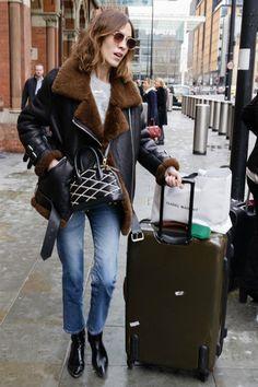 3/8 アレクサ・チャン(Alexa Chung)の私服ストリートスナップ、ムートンジャケット×クロップドデニム×パテントブーツ