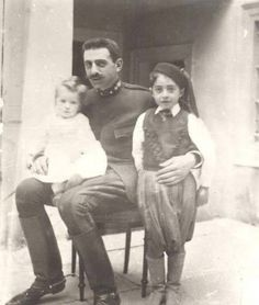 Extremely rare pic of Pavlos Melas, hero of the Greek struggle for the liberation of Macedonia, with his children in Greece Pictures, Old Pictures, Old Photos, Churchill, What A Country, Greece History, Greek Warrior, Greek Beauty, Roman History