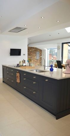 Excellent modern kitchen room are readily available on our web pages. Check it out and you will not be sorry you did. Kitchen Island Decor, Home Decor Kitchen, Kitchen Interior, New Kitchen, Home Kitchens, Kitchen Dining, Kitchen Island With Hob And Oven, Kitchen Islands, Apartment Kitchen