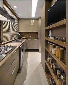 cozinha compacta decorada na cor bege escuro Small Space Kitchen, Kitchen Room Design, Home Decor Kitchen, Kitchen Furniture, Kitchen Interior, Home Kitchens, Modern Kitchens, Modern Kitchen Cabinets, Pantry Design