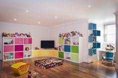 salle de jeu avec parquet au sol et meuble de rangement multicolore