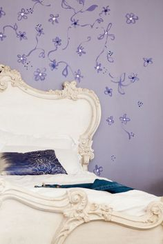 I love the flowers. Maybe Avery's room? Purple wall in the bedroom by Dulux Valentine | More photos http://petitlien.fr/peinturechambre