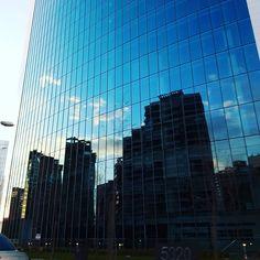 Paisajes de ciudad, Santiago de Chile al atardecer, reflejos de cielos en edificios espejo. Skyscape Chili.