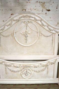 WOW quel une étonnante tête de lit pour votre boudoir romantique. Caractéristiques : Construction en bois très solide avec beaucoup de rose