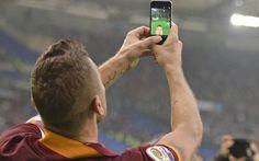 """AS ROMA, Francesco Totti vince i Roma Awards Premio Roma Awards. Alla domanda """"quale è stata la migliore esultanza della stagione 2014/2015"""" i sostenitori della Roma non hanno avuto dubbi ed hanno risposto: """"quella di Francesco Totti"""". Ovviamen #roma #totti #calcio #awards"""