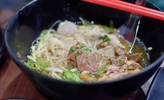 Rot Dee Det, Siam square's five-decade-old shophouse famous for its beef noodle soup and Thai chicken stews, has closed down after all these years (gasps). Fear not, though, they've just moved arou…
