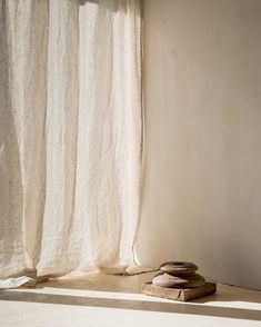 Sea shell linens filtering the light beautifully in the home of Jitzke. Discover our linen curtain s Wabi Sabi, Curtain Designs, Curtain Styles, Curtain Ideas, Interior Inspiration, Design Inspiration, Design Ideas, Rideaux Design, Casa Cook