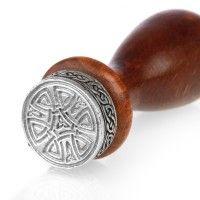 The Celtic Nations Seal. In Cornwall handgefertigter Siegelstempel aus massivem Holz und Zinn.  Das Motiv ist ein keltisches Knotenmuster.
