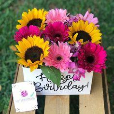Rose Flower Arrangements, Balloon Arrangements, Flower Box Gift, Flower Boxes, Beautiful Rose Flowers, Happy Flowers, Minnie Mouse Birthday Decorations, Bouquet Box, Flower Tutorial