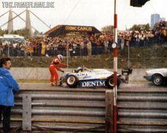 Chwila po uderzeniu w Ferrari Pironiego, ratownicy podchodzą do Riccardo nieświadomi że w jego Oselli za moment wybuchnie paliwo.