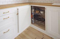 Skåp och bänk, handbyggt kök Möllans verkstäder / site-bygget køkken