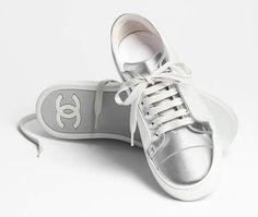 Tennis, chèvre irisée-argenté & blanc - CHANEL RTW pré-collection SS 2017 #Chanel #precollection2017 #SS17   Visit espritdegabrielle.com - L'héritage de Coco Chanel #espritdegabrielle