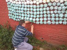 """La """"Escuelita de Niños"""" en Banderaló que es un """"hogar de Día"""" comenzó con los chicos y sus familias a juntar botellas plásticas. Desde la Secretaría de Vivienda y Medio Ambiente le acercamos uno de los recolectores recuperados por la ONG en formación que trabaja en el Relleno Sanitario para que puedan disponer los envases que a diario acercan los banderolenses. La idea es que el proyecto traspase las barreas de la institución y logre multiplicarse un poco más cada día."""