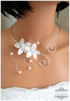 Collier mariage argenté avec fleurs blanche et perle assorties : Collier par emmalola-creation