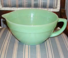 Anchor Hocking Green Milk Glass Batter Bowl Grandma Byal had this Vintage Dishes, Vintage Glassware, Vintage Love, Vintage China, Green Milk Glass, Green China, Pink Milk, Pink Depression Glass, Glass Collection