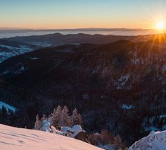 Situé dans l'Est de la France, à cheval entre les régions Alsace, Franche-Comté et Lorraine, le Massif des Vosges offre près de de 440 000 hectares de forêt, 7 réserves naturelles et de nombreux atouts. Facilement et rapidement accessible, c'est le terrain de jeu idéal pour un séjour à la neige. Loin des sentiers battus, nous avons déniché pour vous un itinéraire de découvertes, le temps d'un long week-end... Il ne vous reste plus qu'à en profiter!