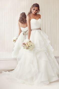 Suknia ślubna z organzy z kolorowym paskiem