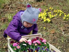 Dzieci zajmują się ogrodem.