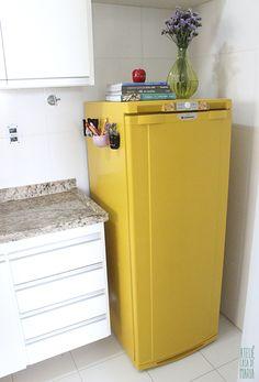 Como pintar uma geladeira com rolinho de espuma, sem tinta spray? Vem ver a resposta no www.ateliecasademaria.com.br