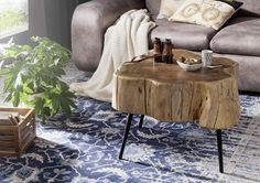 Nicht vergessen: den Beistelltisch! Ob für die Kaffeetasse, ein Buch oder dekorative Accessoires - Couchtische sind ungemein praktisch. Verwenden Sie quadratische Tische nur bei Ecksofas oder zwischen Couch und Sessel - ansonsten wirken längliche Modelle besser. Runde Formen passen zu fast allen Sofas. Achten Sie außerdem darauf, dass die Sitzfläche höher liegt als das Tischchen. #möbel #wohnzimmer #holz #wood #home #decor #einrichtung #furniture #livingroom #ideas #couchtische #table #tipps