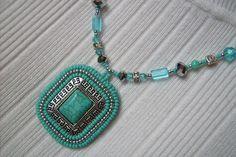Türkiz ásványos, fém alapú hímzett medálos nyaklánc. Eladva