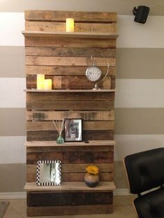Pallet Shelves Projects This creative use pallet bookshelf is ideal for your living room in which you can keep many decoration pieces. You can also add some color for displaying it which stands with the wall. This will be th (Diy Pallet Bookshelf) - Wooden Pallet Shelves, Wood Pallet Furniture, Wooden Pallets, Wooden Diy, Diy Furniture, Pallet Wood, Rustic Furniture, Furniture Projects, 1001 Pallets