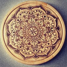 Pirografia dotwork Mandala su tagliere in legno di DotsBurn #mandala #pyrography #burnwood #pokerwork #woodburning