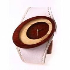 Orologio in legno di palo di sangre brasiliano e cinturino in pelle bianca. Li trovi in esclusiva su www.coverinlegno.it