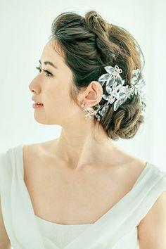 ふんわり優しい下目のシニヨンスタイル ウェディングドレス・カラードレスに合う〜シニヨンの花嫁衣装の髪型まとめ一覧〜