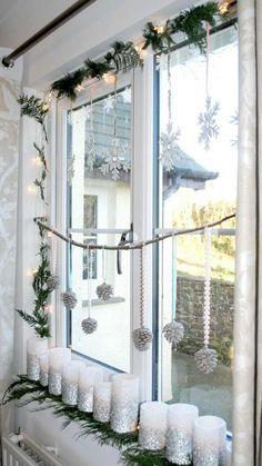 weiße Stumpenkerzen mit silbernem Glitzer dekoriert