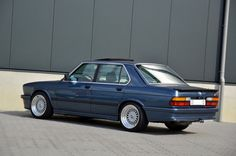 Deze handgeschakelde BMW E28 M535i uit 1986 met 112.328km op de teller wordt te koop aangeboden in Duitsland door Oldenzaal Classics. De BMW is oorspr...