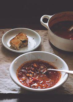 [AISSATOU] similar composition for aissatou's shot - pot + half-eaten plate, from the side