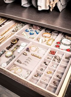 Trucos para mantener la bisutería siempre ordenada Diy Jewellery Drawer, Diy Jewelry Organizer Drawer, Home Organizer, Diy Jewelry Box, Hanging Wall Organizer, Jewely Organizer, Dresser Organization, Jewelry Dresser, Jewelry Mirror