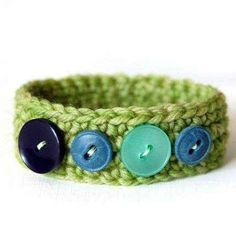 crochet bracelet with buttons. My girls would live these! Can someone teach me to crochet? Crochet Buttons, Knit Or Crochet, Crochet Crafts, Yarn Crafts, Crochet Projects, Button Bracelet, Wrap Bracelets, Pandora Bracelets, Leather Bracelets