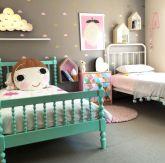 Um quarto, duas crianças meninas, cada uma no seu canto. Veja lindas inspirações de decoração para quartinho de mais de uma menininha aqui.