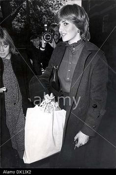 nov Of Wales Before Marriage 1980 Lady Diana Spencer Returns To Her Old Brompton Road Flat This Evening After Shopping. Princess Meghan, Princess Charlotte, Princess Of Wales, Spencer Family, Lady Diana Spencer, Princess Diana Pictures, Photo Stock Images, Before Marriage, Princesa Diana