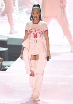 Rihanna is pretty in pink as she kicks off 2016 MTV Video Music Awards