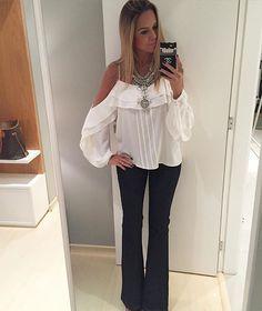 Jeans + branco, dupla que não tem erro!! Flare jeans, daqueles bem escuros que não podem faltar no armário + bata lindeuuusa by @vystu_concept {colar by @pretaporterloja } #danicardoso®
