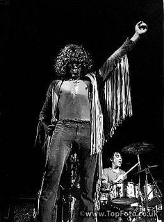 Bethel, New York: Roger Daltry and The Who performing at the Woodstock Festival. 1969 ©Jason Laure / The Image Works The Who Woodstock, 1969 Woodstock, Rock And Roll Bands, Rock N Roll, Woodstock Festival, Pete Townshend, Roger Daltrey, Rock Festivals, Music Bands