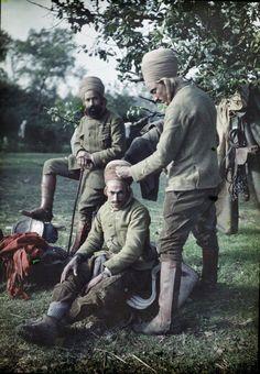 Algerians soldiers during WW1  Cantonnement du 4e régiment de Spahis algériens : le pansage de la coiffe. Première Guerre Mondiale