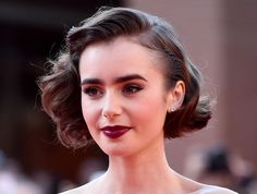 Il caschetto retro di Lily Collins. #haircolor #brunette #wavybob #hairstyle #hairtrend #vampylips