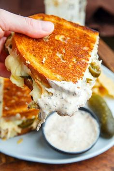 White BBQ Chicken Grilled Cheese Sandwich White BBQ Chicken Grilled Cheese Sandwich – A hot melted grilled cheese sandwich stuffed with chicken in a white BBQ sauce, onions and pickled jalapenos! Grill Cheese Sandwich Recipes, Grilled Cheese Recipes, Soup And Sandwich, Chicken Recipes, Grilled Cheese Sandwiches, Grilled Cheeses, Panini Sandwich Recipes, Grilled Sandwich Ideas, Sandwiches For Dinner