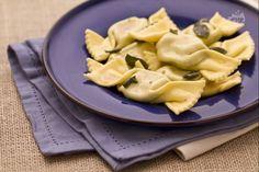 Le caramelle ricotta e spinaci sono un primo genuino e gustoso: pasta fresca all'uovo ripiena a forma di caramella. I bambini ne andranno matti!
