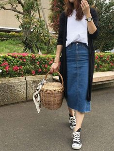 10 maneiras de estilizar o maxi cardigan - #GuitaModa. Casaco preto, blusa branca, saia midi jeans, tênis all star preto, bolsa de palha