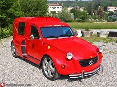 The red 2CV nicknamed 2CV NIMIK was built upon a spare lying around 1995 Ferarri 355 chassis. 2CV fourgonnette est donc dotée du moteur V8 3,5l de 375ch de la Ferrari F355